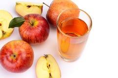 Le tir en gros plan a coupé en tranches la pomme rouge avec la vue de jus à partir du dessus photographie stock