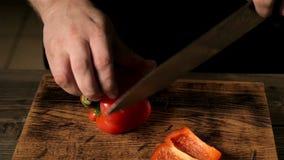 Le tir en gros plan du mâle remet le poivre de coupe Effectuer la salade Légumes en chef de coupe Mode de vie sain, nourriture de banque de vidéos