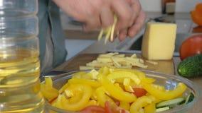 Le tir en gros plan du mâle remet le poivre de coupe Effectuer la salade clips vidéos