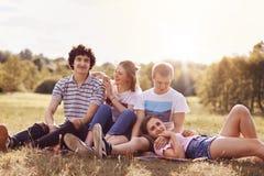 Le tir extérieur des couples gais de la jeunesse apprécient l'unité et le temps disponible pendant le jour d'été ou le week-end,  images stock
