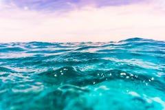 Le tir fendu de l'eau du fond de récif coralien et la mer apprêtent avec des vagues Mer Photographie stock libre de droits