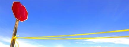 Le tir gentil de poteau de signalisation a le fond de ciel bleu Image libre de droits