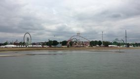 """Le tir large de la grande foire d'amusement """"Rheinkirmes avec Ferris Wheel, montagnes russes, tours de carnaval a filmé de la riv clips vidéos"""