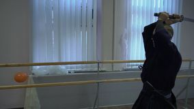 Le tir moyen, le kendo principal fait réduire des mouvements avec l'épée de catana, exécute le kata banque de vidéos