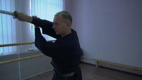 Le tir moyen, le kendo principal s'exerce avec l'épée de Katana, exécute le kata banque de vidéos