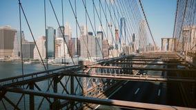Le tir panoramique de Timelapse de New York vu par le pont de Brooklyn câble Fond du centre de bâtiments le jour ensoleillé 4K banque de vidéos