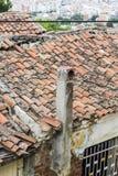 Le tir vertical de perspective de la vieille maçonnerie a construit la structure de toit de logement avec le ciel fini de fonte à Photographie stock libre de droits
