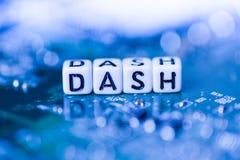 Le TIRET de Word a formé par des blocs d'alphabet sur le cryptocurrency de mère photographie stock