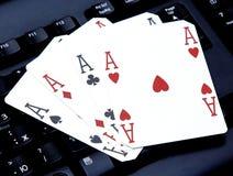 Le tisonnier quatre de casino d'Internet des as aimables carde des coeurs de combinaison Images stock