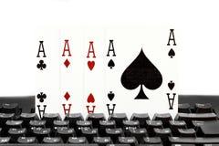 Le tisonnier quatre de casino d'Internet des as aimables carde des coeurs de combinaison Photographie stock