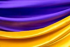 Le tissu coloré est plié Image libre de droits