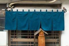 Le tissu comme un rideau qui accroche devant les restaurants japonais traditionnels photo libre de droits