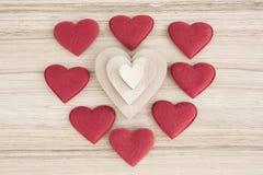 Le tissu et les coeurs en bois de Valentine sur un fond en bois Image libre de droits