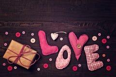 Le tissu marque avec des lettres l'amour image stock