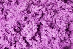 Le tissu ondule le fond, vagues roses de tissu, texture lilas de vrille Images libres de droits