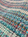 Le tissu rugueux est tissé des fils de différentes couleurs Fond de textile Photographie stock libre de droits