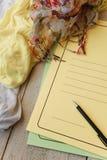Le tissu vêtx sur la table, concept de lieu de travail de concepteur Espace de travail indépendant de féminité de mode dans le st Photographie stock