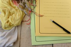 Le tissu vêtx sur la table, concept de lieu de travail de concepteur Espace de travail indépendant de féminité de mode dans le st Image libre de droits