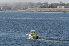 Le titre récréationnel de bateau de pêche vers les buses brumeuses aboient photographie stock