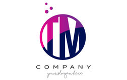 Le TM T M Circle Letter Logo Design avec Dots Bubbles pourpre Photos stock
