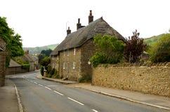 Le toit anglais a couvert la maison de chaume images stock