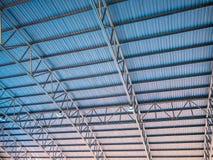 Le toit bleu de fond et orange haut coloré abstrait en métal a ridé l'architecture Images stock