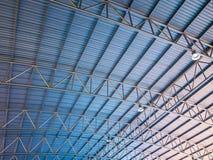 Le toit bleu de fond et orange haut coloré abstrait en métal a ridé l'architecture Photos libres de droits