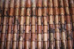 Le toit carrelé démodé de l'argile rouge photographie stock