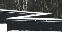 Le toit couvert de neige d'un bâtiment pendant chutes de neige photo stock