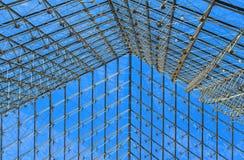 Le toit de grille de pyramide du Louvre à Paris, France image stock