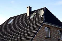 Le toit de la maison avec la fenêtre gentille Images libres de droits