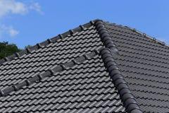 toit de tuiles noir sur une nouvelle maison avec le ciel bleu photo stock image 46341135. Black Bedroom Furniture Sets. Home Design Ideas