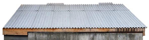 Le toit du hangar rural simple est couvert de grands panneaux gris de Photos libres de droits