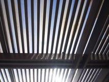 Le toit du trellis avec le verre avec vue sur le ciel de la salle Photo stock