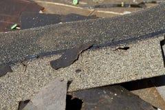 Le toit endommagé essente la pile de déchets images libres de droits