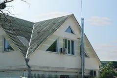 Le toit est d'ardoise de toit d'amiante Vieux toit d'ardoises avec la cheminée et le parafoudre Feuilles de toiture d'Onduline Photographie stock