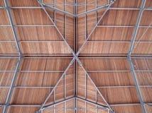 Le toit moderne d'un port de port a fait le bois en acier Image libre de droits