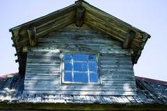 Le toit peu commun de la maison en bois rurale Image stock