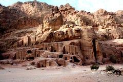 Le tombe hanno scolpito nell'arenaria rossa nel PETRA, Giordania Immagine Stock