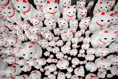 Le tombeau japonais dans Setagaya, tonnes de statues de chat de bonne chance a appelé Manekineko Photos stock