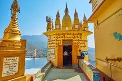 Le tombeau votif du monastère de Popa Taung Kalat, Myanmar photographie stock libre de droits