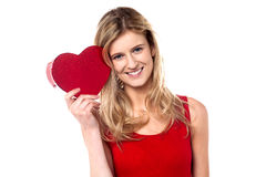 Le tonårig flickavisninghjärta forma gåvan till kameran Royaltyfria Bilder