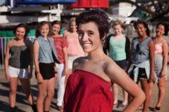 Le tonårs- flicka framme av vänner Royaltyfri Bild