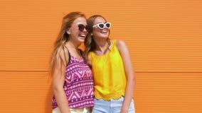 Le tonårs- flickor i sommar beklär utomhus stock video