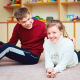 Le tonårs- vänner med speciala behov som glatt tillsammans talar i rehabiliteringmitt arkivbild