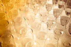 Le ton de sépia des verres de partie a rempli de champagne images stock