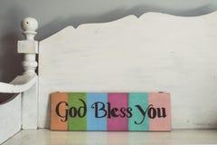 Le ton de vintage du bois marque avec des lettres la bible de forme des textes Photo libre de droits