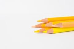 Le ton jaune de couleur crayonne sur le fond blanc Photographie stock libre de droits