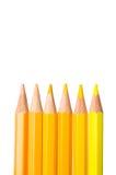 Le ton jaune de couleur crayonne sur le fond blanc Photographie stock