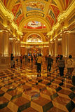 Le tonalità dorate del corridoio di un casinò a Macao hanno modellato su cultura e su progettazione italiane Fotografia Stock Libera da Diritti